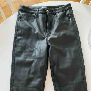 Skinnbyxor i väldigt snyggt fake skinn läder från ginatricot! Kan skickas!