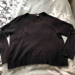 Säljer min svarta tröja från HM tror jag den är en overside och den är i storlek L men skulle säga M