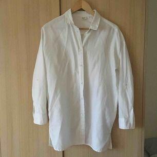 Fin, vit oversizeskjorta från Object. Sparsamt använd, har mycket kvar att ge.