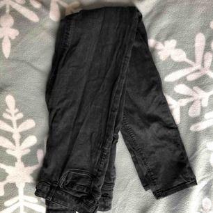 Säljer ett par svarta jeans som är fina på men tyvärr men passar inte längre min smak