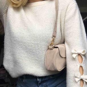 Superfin, höstig vit tröja med små detaljer på båda ärmarna. Fråga om du har frågor, svarar alltid direkt!❤️😊