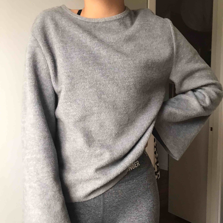 En grå tröja från Zara. Den är ganska stor i storleken och lång i armana.Den är i fakepäls material.Använd max 3 gånger. Frakt 40kr . Huvtröjor & Träningströjor.