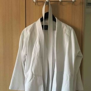Budo/aikidodräkt. I princip ny. Skjorta, byxor, bälte.