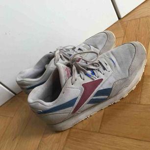 Reebok sneakers i gott skick, till synes lite  smutsiga mem i övrigt inte slitna. Storlek 39, jag brukar ligga mellan 38-39 och kan ha dessa.
