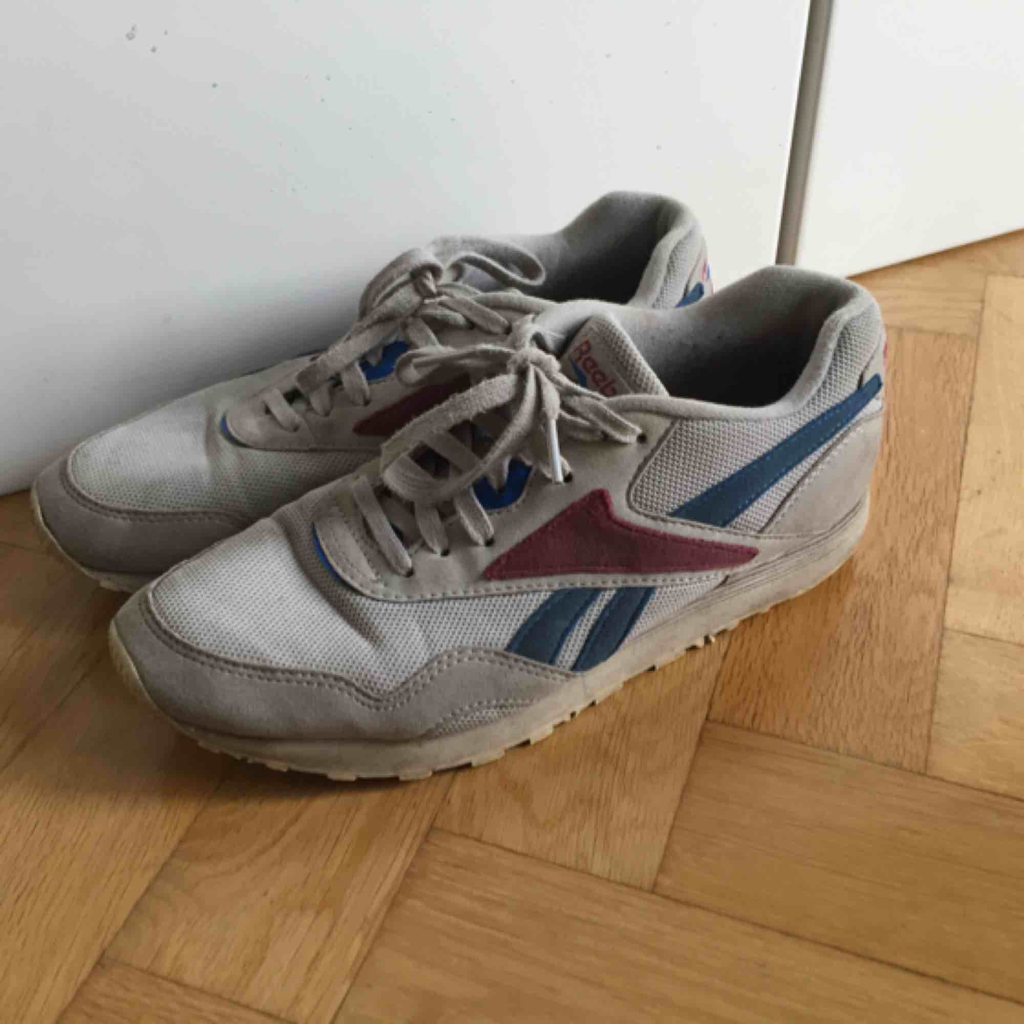 Reebok sneakers i gott skick, till synes lite  smutsiga mem i övrigt inte slitna. Storlek 39, jag brukar ligga mellan 38-39 och kan ha dessa. . Skor.