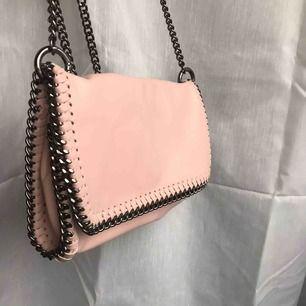 Superfin rosa väska från Gina tricot, som ny, fråga om du har frågor!😊❤️
