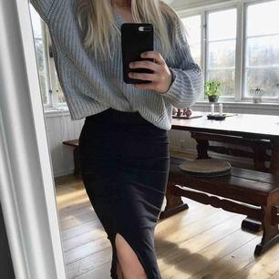 """Super fin lång och högmidjad kjol från lager 157, med """"slit"""". Storlek S, och i använt skick. ✨💛"""