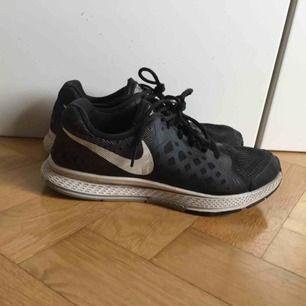 Nike löparsko i använt men gott skick. Slitna inuti vid hälarna i övrigt fint skick, därav det billiga priset. Absolut funktionsdugliga! Storlek 38.