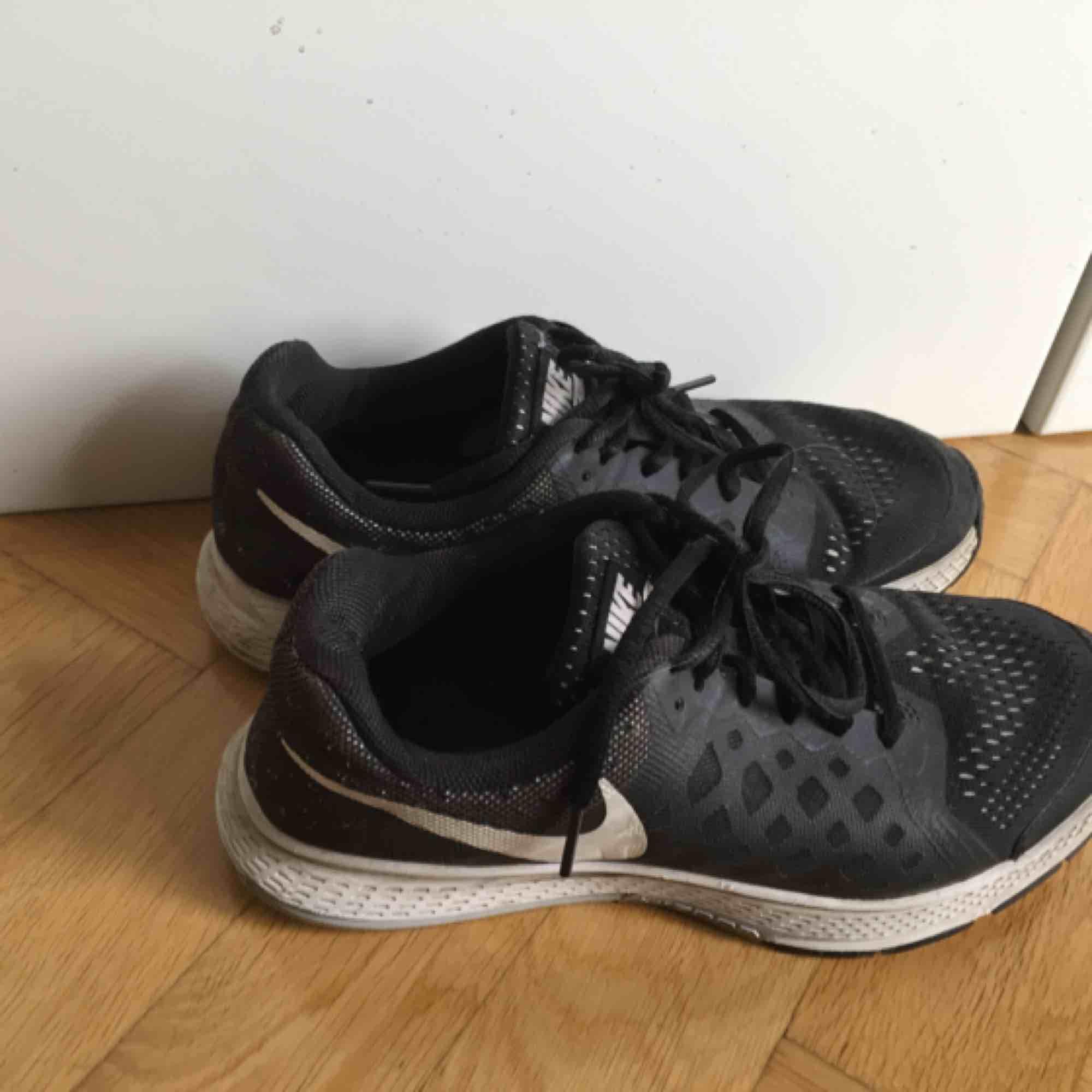 Nike löparsko i använt men gott skick. Slitna inuti vid hälarna i övrigt fint skick, därav det billiga priset. Absolut funktionsdugliga! Storlek 38.. Skor.