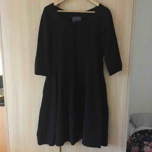 """Svart """"konstnärs""""-klänning från McVerdi. Struktur i tyget. Bra omfång i kjolen."""