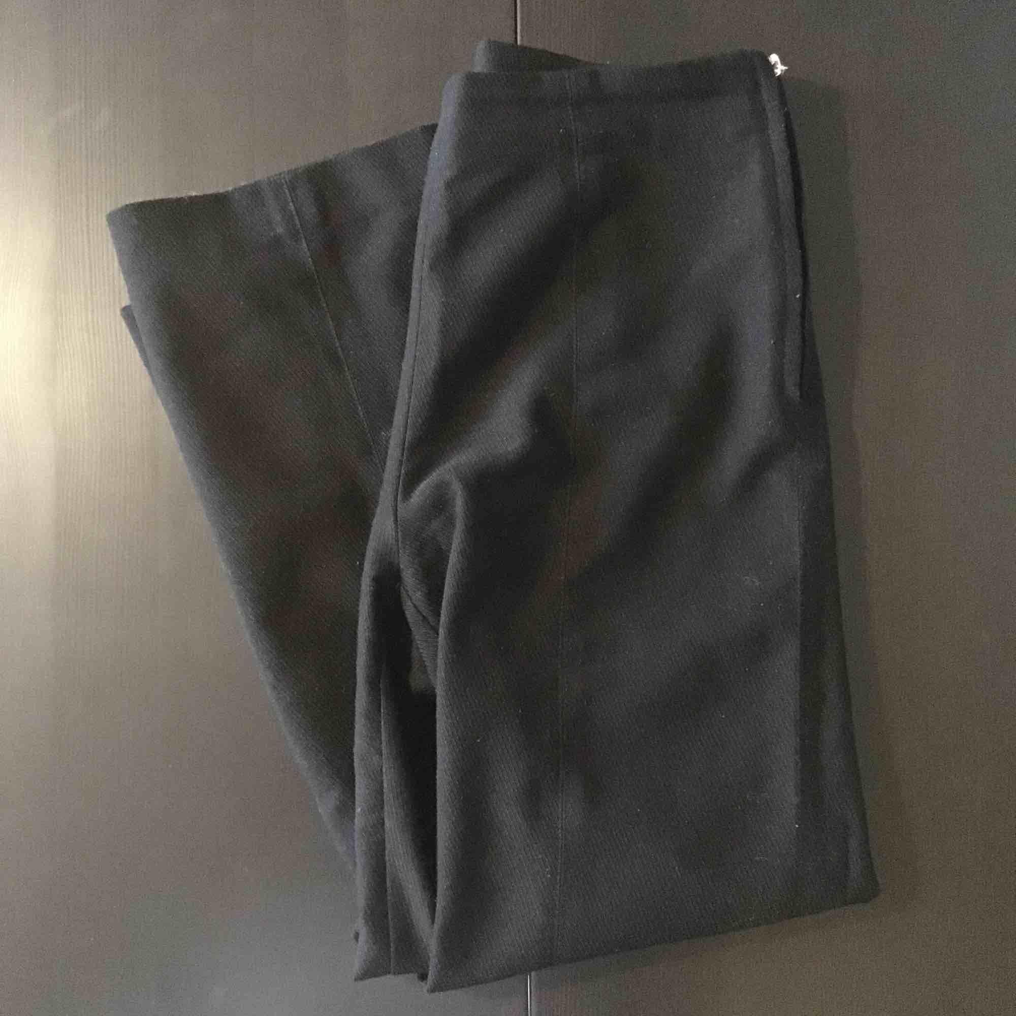 """Svarta culottes från Carin Wester. Använda men fint skick. """"Piggen"""" på dragkjedjan saknas men går att fixa. . Jeans & Byxor."""