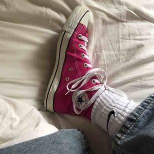 skitcoola converse som tyvvär är för stora för mig<3 i nyskick men kan inte garantera äkthet då jag köpt på loppis<33 står stl 41 i skon men skulle säga att de är lite mindre<33 köparen står för frakt