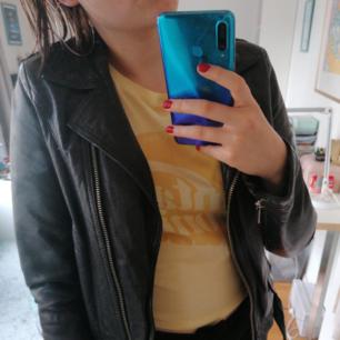 Jag säljer en SUPERSNYGG skinnjacka från Jofama by Kenza <333 Säljer den för att den är för liten. Passar perfekt till    våren & hösten 🌟(Ordinariepris: ca 3000  kr) Jättebra skick!!! Obs; köparen står för frakt