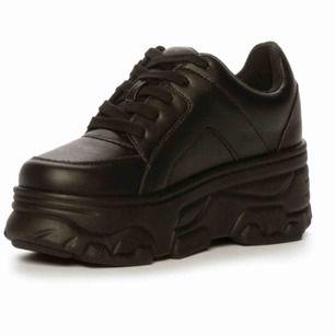 Säljer dessa snygga skor pga fel storlek. Använda endast en gång!
