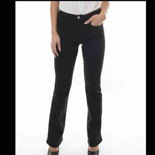 Väldigt slitna och använda svarta bootcut jeans i ett väldigt stretchigt material som passar en L oxå.