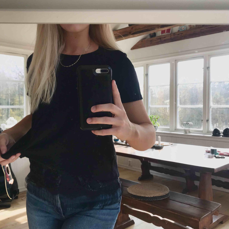 Super fin t-shirt med spets under, och med öppen rygg! ✨ Köpt i Danmark för många år sedan, men endast använt några gånger. Nypris 200kr 💕. Blusar.