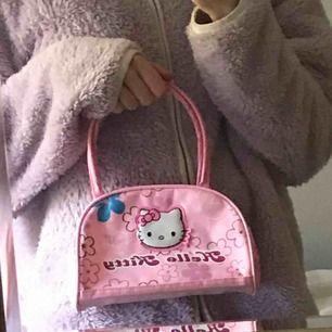 sjukt söt handväska med hello kitty <3 i okej skick då den har några fläckar, men de går säkert bort om man tvättar<3