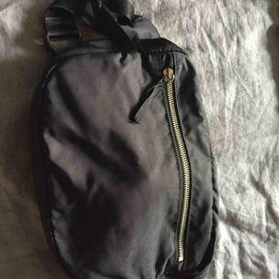 Rymlig magväska från Monki (rymmer en matlåda)Missfärgade dragkedjor i övrigt fint skick.