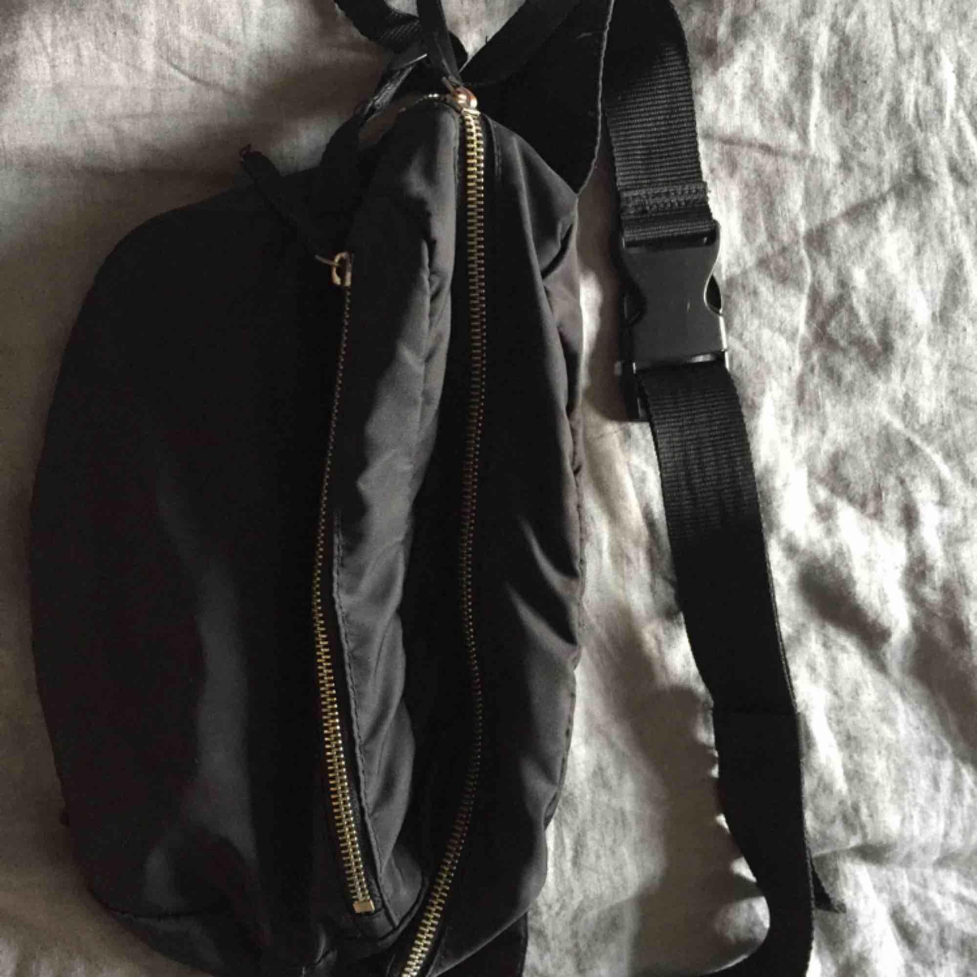 Rymlig magväska från Monki (rymmer en matlåda)Missfärgade dragkedjor i övrigt fint skick. . Väskor.