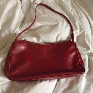 snyggaste 90-tals handväskan<3 i väldigt fint skick<3 köparen står för frakten