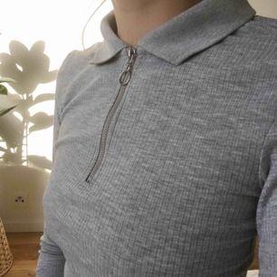 Ribbad tröja med krage! Använd få gånger och i bra skick.