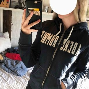 """Mörkblå abercrombie hoodie. Har knappt använd denna så den är i bra skick.  Det står """"ABERCROMBIE"""" på hela framsidan, den har även en dragkedja och en luva. Storlek S, köparen står för frakten:)"""