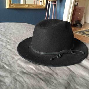 Svart hatt i fint skick. 100% ull. One size!