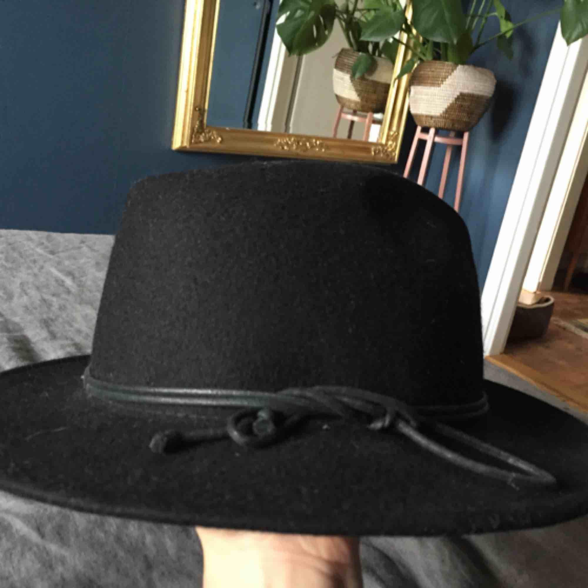 Svart hatt i fint skick. 100% ull. One size! . Accessoarer.