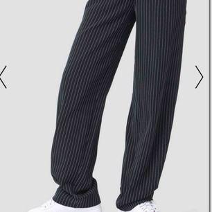 Ett par jätte snygga kostym byxor från NAKD. Sömmarna längs ned har gått upp, (jag tycker det är snyggare). Säljs pga alldeles för stora i midjan för mig. De är använda 10 ggr ungefär.