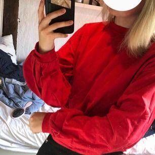 Röd tröja med ballongärmar från Nelly.com Använd ett fåtal gånger. Storleken är S och köparen står för frakt:)