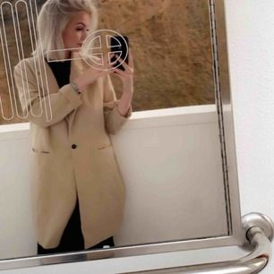 Kappa/kavaj i färgen beige från Gina Tricot,gott skick.🥰