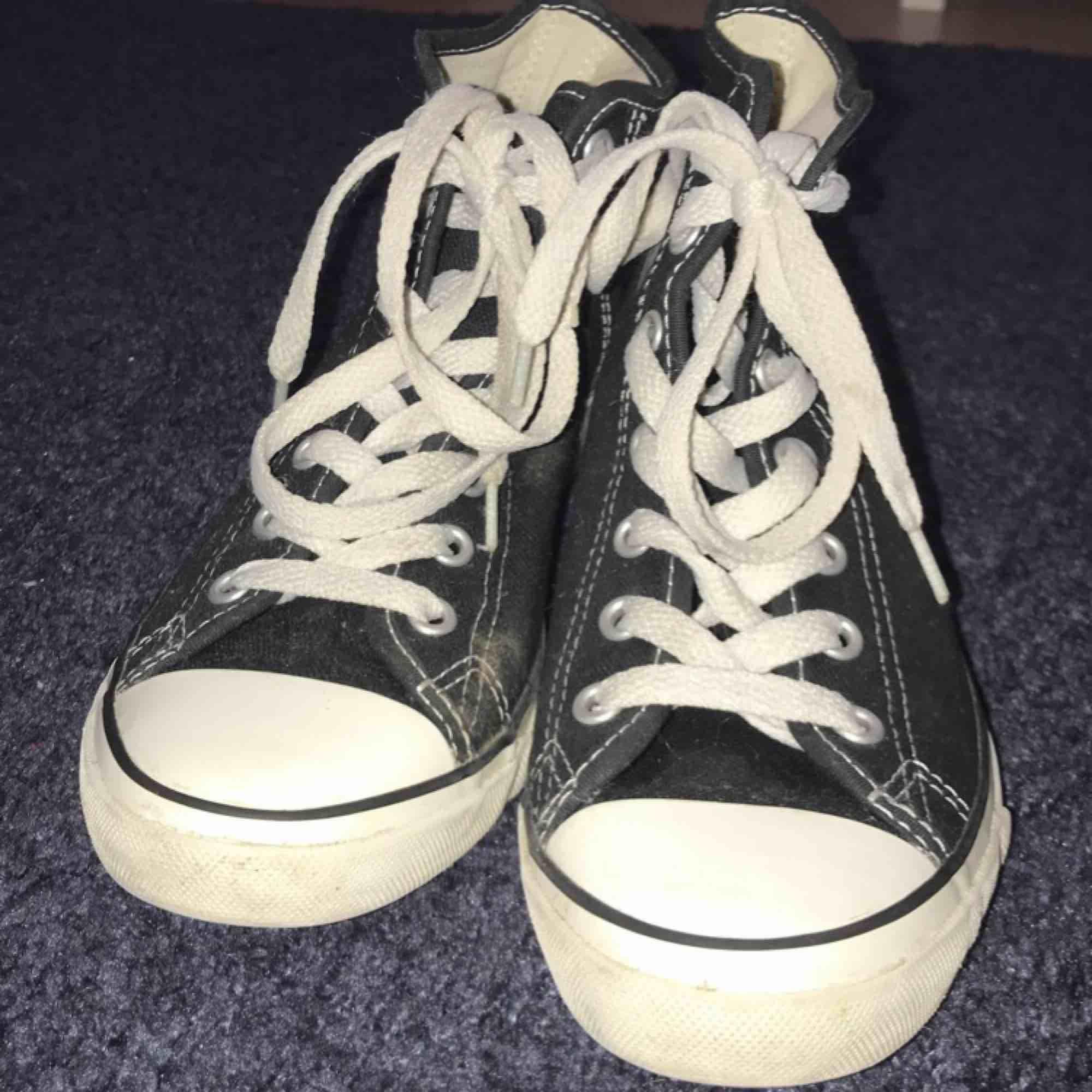 Svarta Converse som knappt är använda. Dem har lite högre klack, super snygga.. Skor.