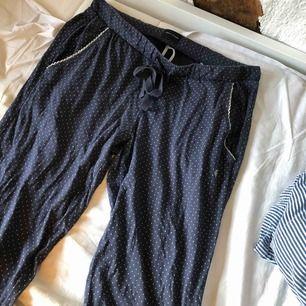 Jättesköna prickiga pyjamasbyxor från Marc O'Polo. Byxorna har två framfickor och ett snöre i midjan.  Har nästan aldrig använt dem för har så många andra mjukisbyxor.  Köparen står för frakt:)