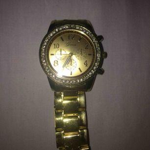 Säljer denna klocka som är köpt från någon billig hemsida. Dock ser den ut som en dyr och äkta klocka😃 100 kr inklusive frakten. Skickar postbevis!