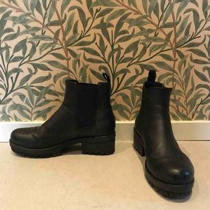 Svarta Chelsea boots från vagabond i storlek 38. Tjock skön sula. Fint skick!   300kr, obs! frakt tillkommer.