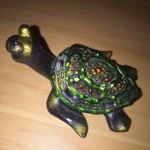 Säljer denna coola och unika sköldpaddan som kan användas som inredning. Minns inte vart jag köpte den. Den var ganska så dyr, säljs för 80 kr ink frakt!