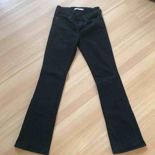 Skitsnygga och bekväma svarta bootcut jeans från Levi's. Bra skick, använda ett par gånger! Köptes för 1000kr, säljs för 200kr. fraktkostnad ingår.