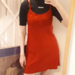 Röd klänning med söta blommor, är rödare i verkligheten än på bilderna  Kan skicka för en extra fraktkostnad