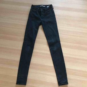 Säljer ett par väldigt omtyckta svarta vanliga jeans från Levi's. Köptes för 1000kr, säljs för 150kr. Säljer pga att jag växt ur dom!