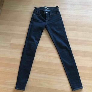 Säljer mina nya oanvända mörkblåa jeans från Levi's. Superbra skick då de ej är använda! Säljer pga fel storlek. Köptes för 1000kr, säljer för 300kr