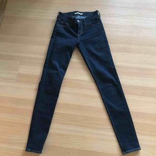 Säljer mina nya oanvända mörkblåa jeans från Levi's. Superbra skick då de ej är använda! Säljer pga fel storlek. Köptes för 1000kr, säljer för 300kr. Fri frakt