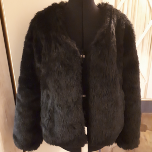 Faux fur kort kappa i svart från vila  Kan skicka för en extra fraktkostnad