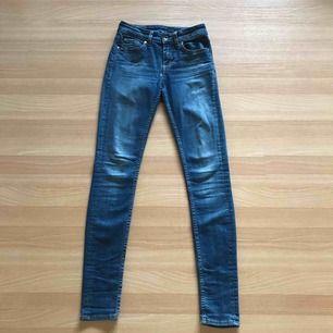 Jättefina blåa jeans från Tiger of Sweden. Ett par favoritbyxor. Säljer pga växt ur dom! Köptes för 1200kr , säljs för 200kr. Fri frakt