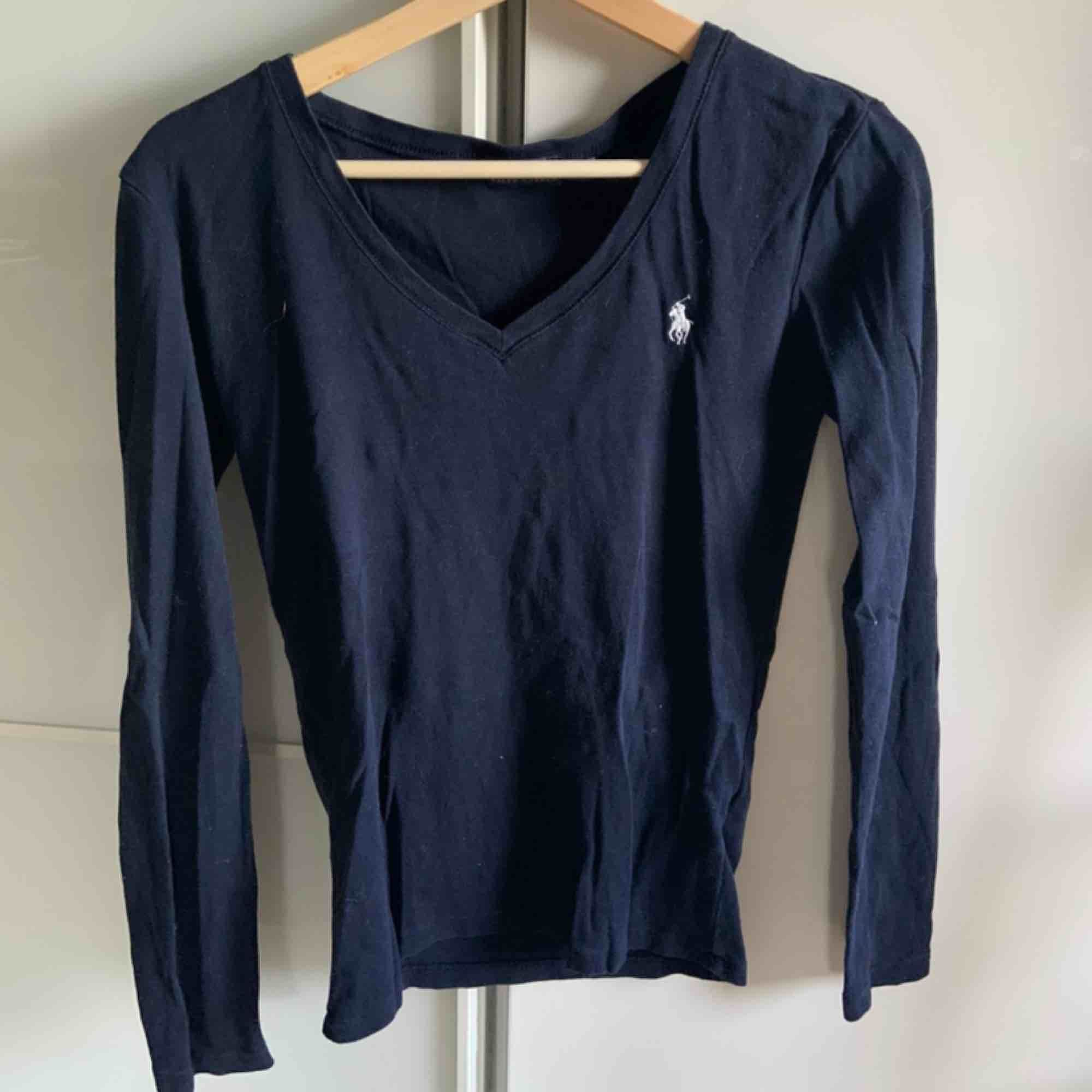 Mörkblå vringad tröja från ralph lauren. har haft den i några år men har inte använt den så jättemycket. bra skick. köparen står för frakt :). Tröjor & Koftor.