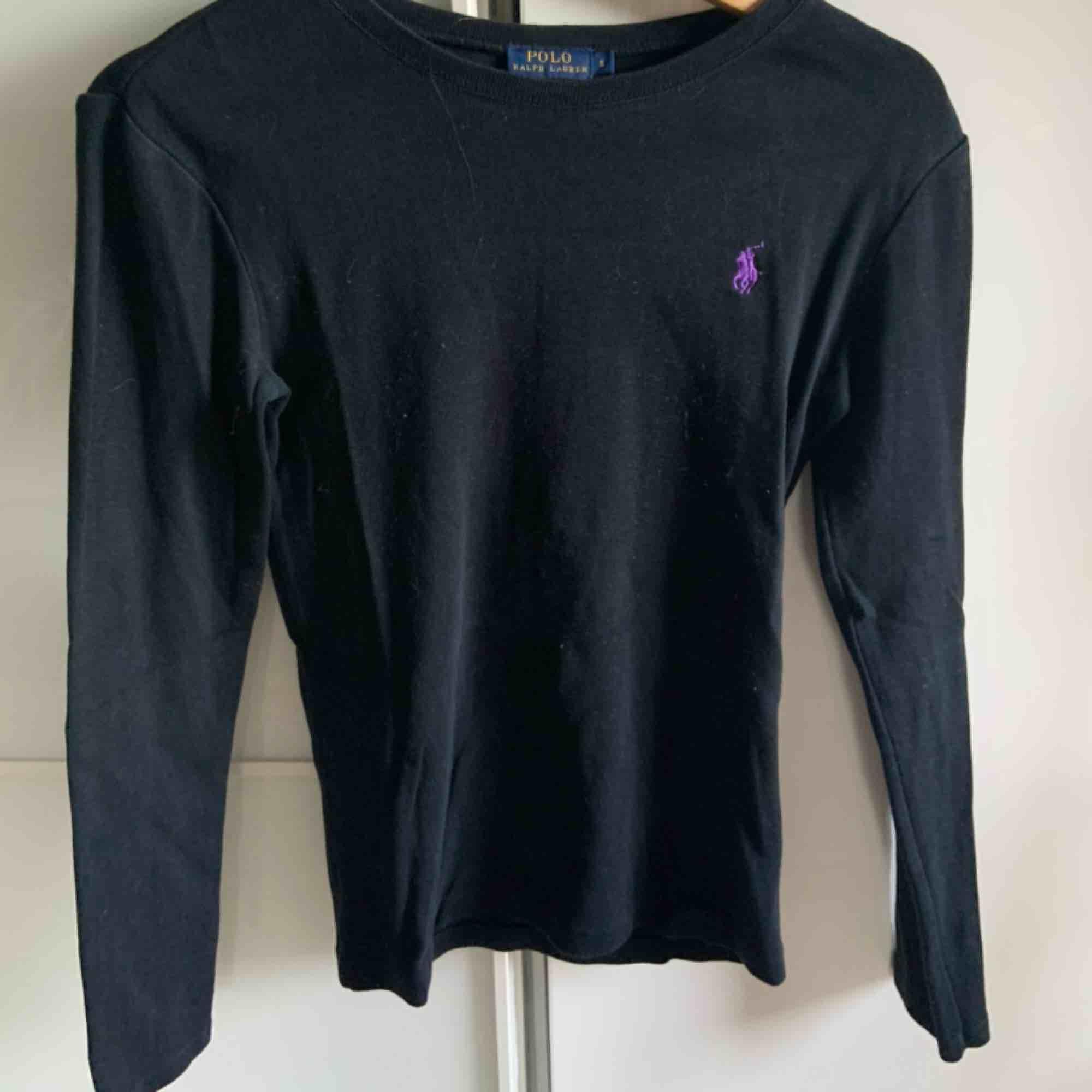 Svart långärmad tröja från Ralph lauren. haft den i några år, använt den få gånger. bra skick. köparen står för frakt :). Tröjor & Koftor.