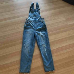 Jättefina nya o helt oanvända snickarbyxor från H&M med snygga slitningar på benen. Säljer pga fel storlek. Köptes för 500kr, säljer för 140kr