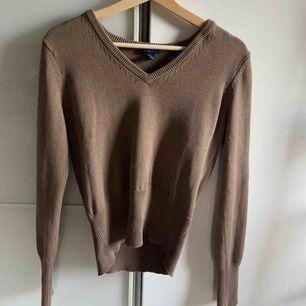 brun stickad vringad tröja från gant, fint skick. köparen står för frakt :)