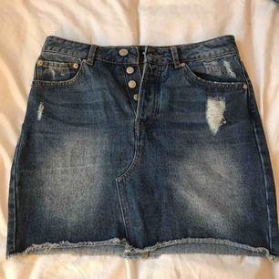 Säljer min jättefina mörkblåa jeanskjol med slitningar från Bik Bok. Nästan oanvända, jättefint skick! Köptes för 399kr, säljer för 100kr! Fri frakt