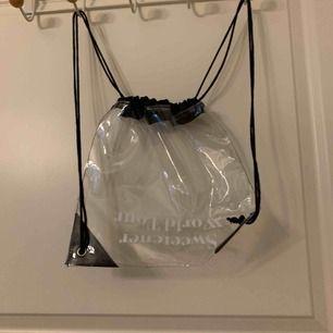 Ariana Grande väska som jag fick från hennes konsert när hon besökte Sverige.  Aldrig använd. 40kr plus frakt, går att mötas upp i Sthlm också.