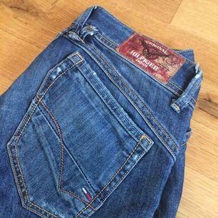 Hilfiger denim raka jeans. Så jävla snygga men märkte till min förskräckelse att rumpan växt såpass att halva min garderob inte passar (därav superrensningen). Mycket bra skick på dessa! Låga i midjan Köparen står för frakt om de skickas!